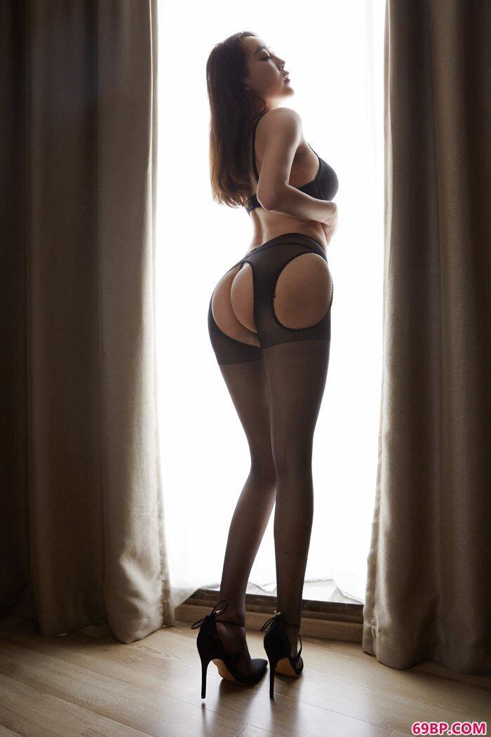 丝袜美人韩贝贝光下身尺度大惹人爱