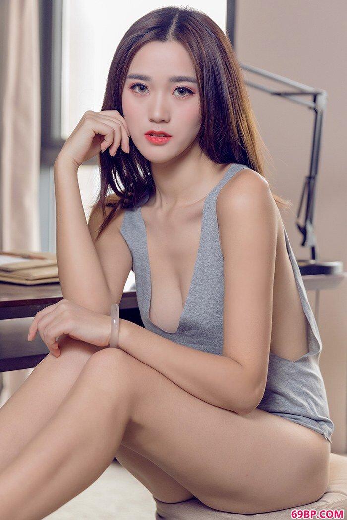 寂寞美妹子小米一丝不挂背心让人垂涎_GOGO美女人体艺图片