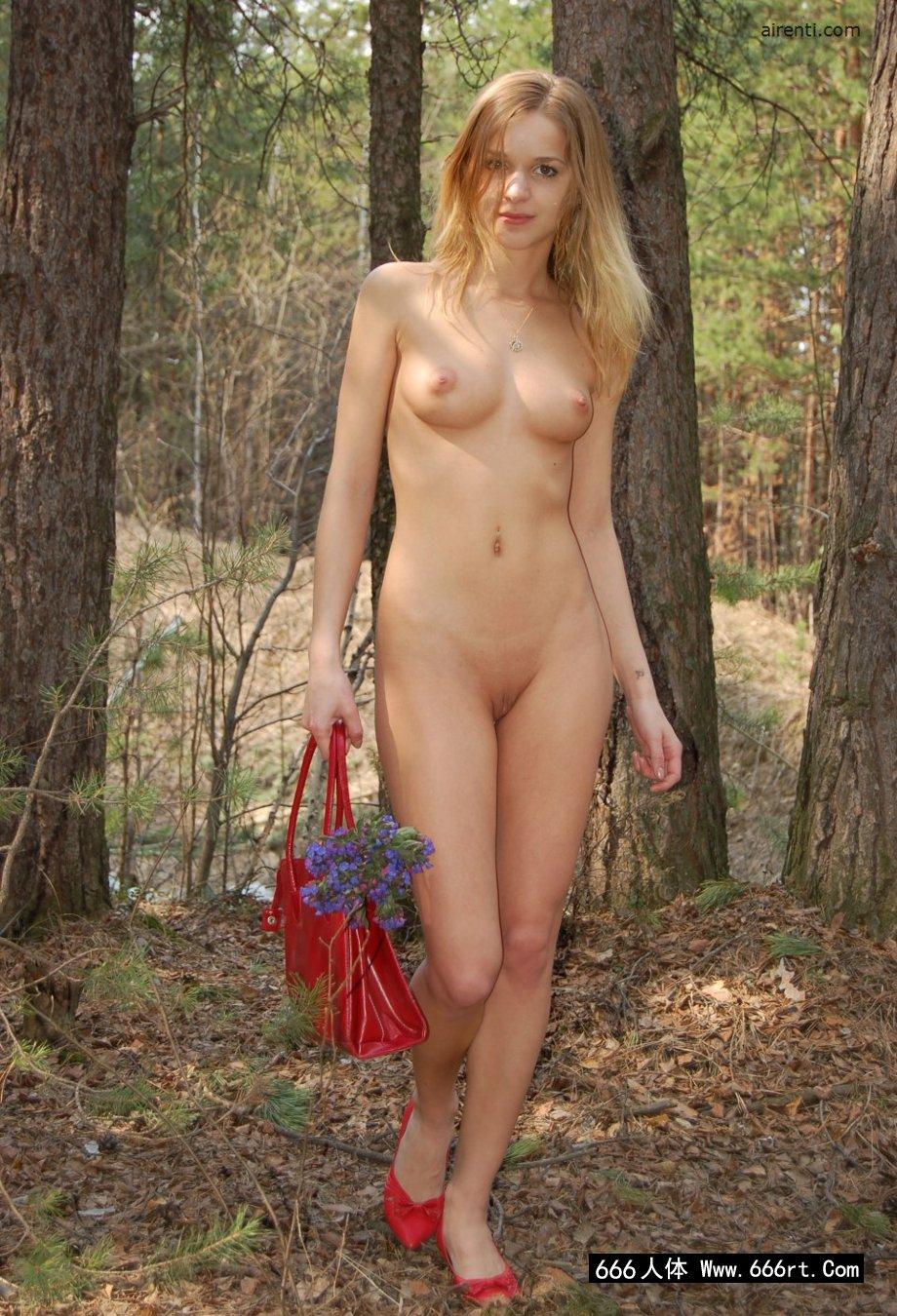 俄罗斯嫩模Masha松树林外拍