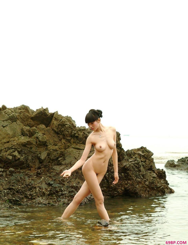 名模薇薇海边岩石上的性感人体