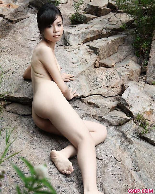俄罗斯美女野外性行为_嫩模碓臼峪山上的姐妹人体