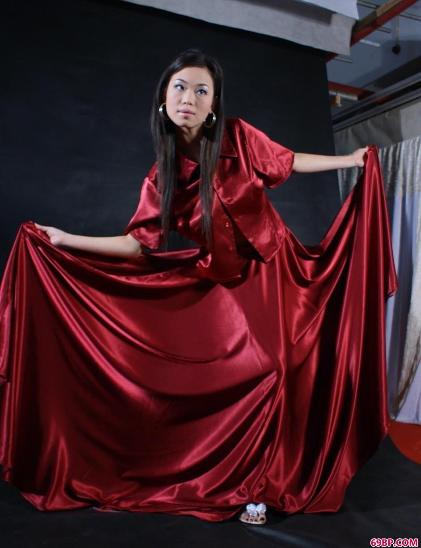徐若�u大胆人体艺术_嫩模迪薇图片棚里的红裙美体