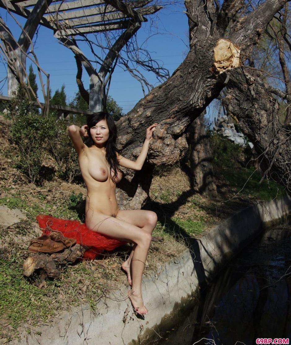 888日本大胆欧美人术艺术_嫩模微微冬天户外丰润人体2