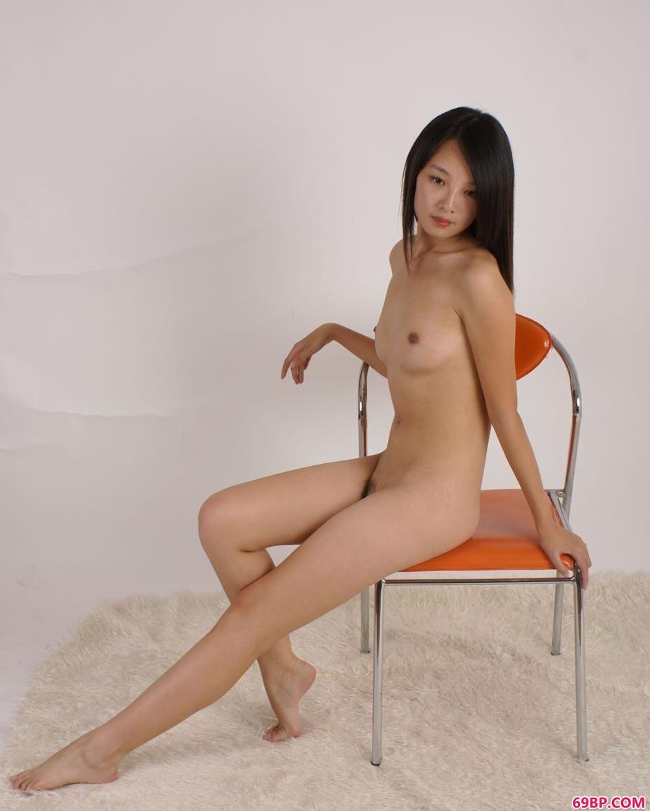 美模菲菲凳子上的清纯人体