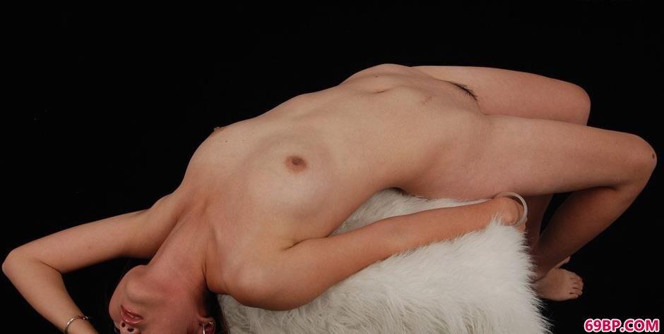 靓妹茜茜室拍羊毛毯上的美丽人体_高H纯肉np限
