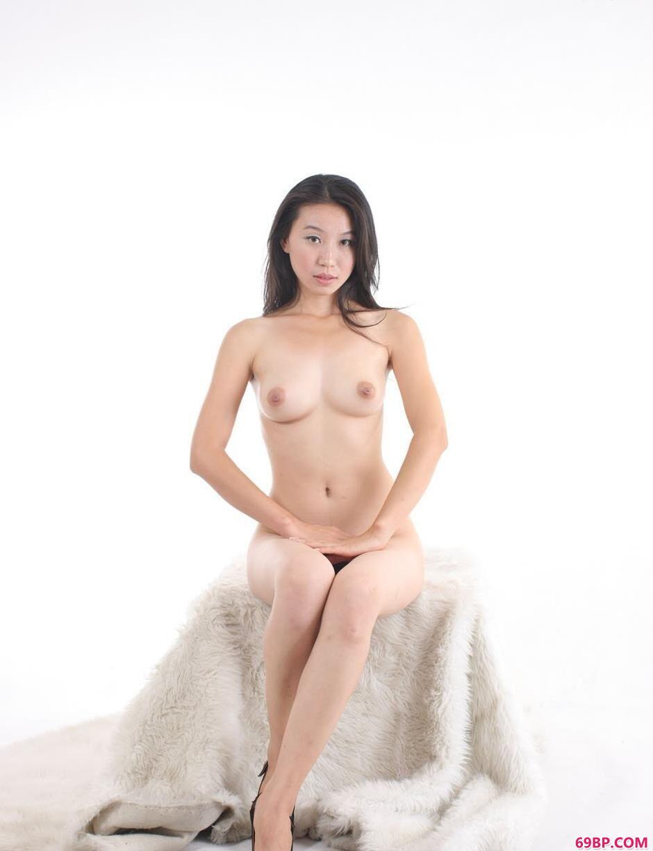 金灵白色背景室拍毛毯上的人体2