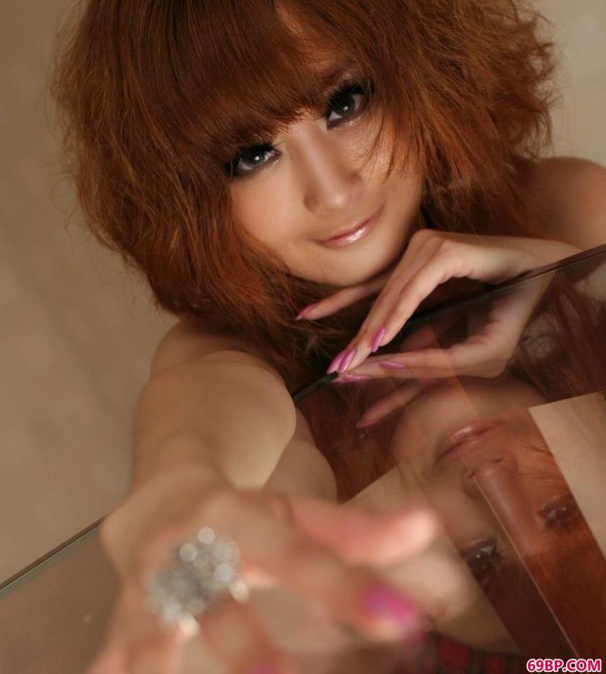 坐在玻璃桌上的美人美模Yumi2