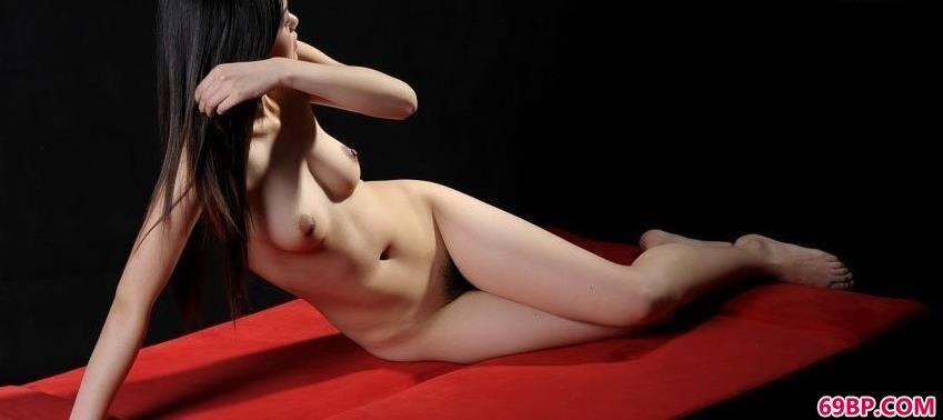 红色沙发上超模艾文好身材