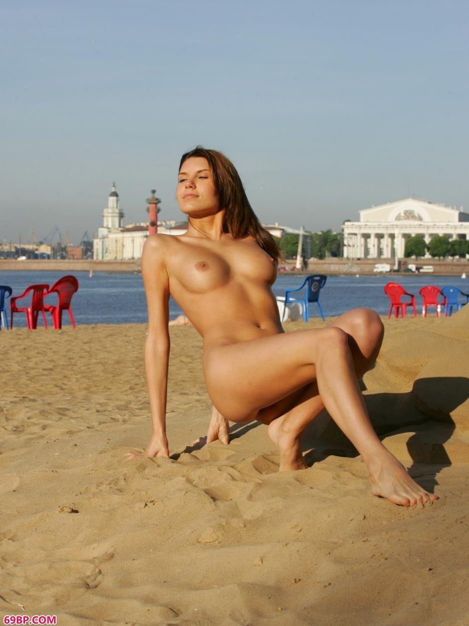 裸模Belka沙滩上的勾魂美体