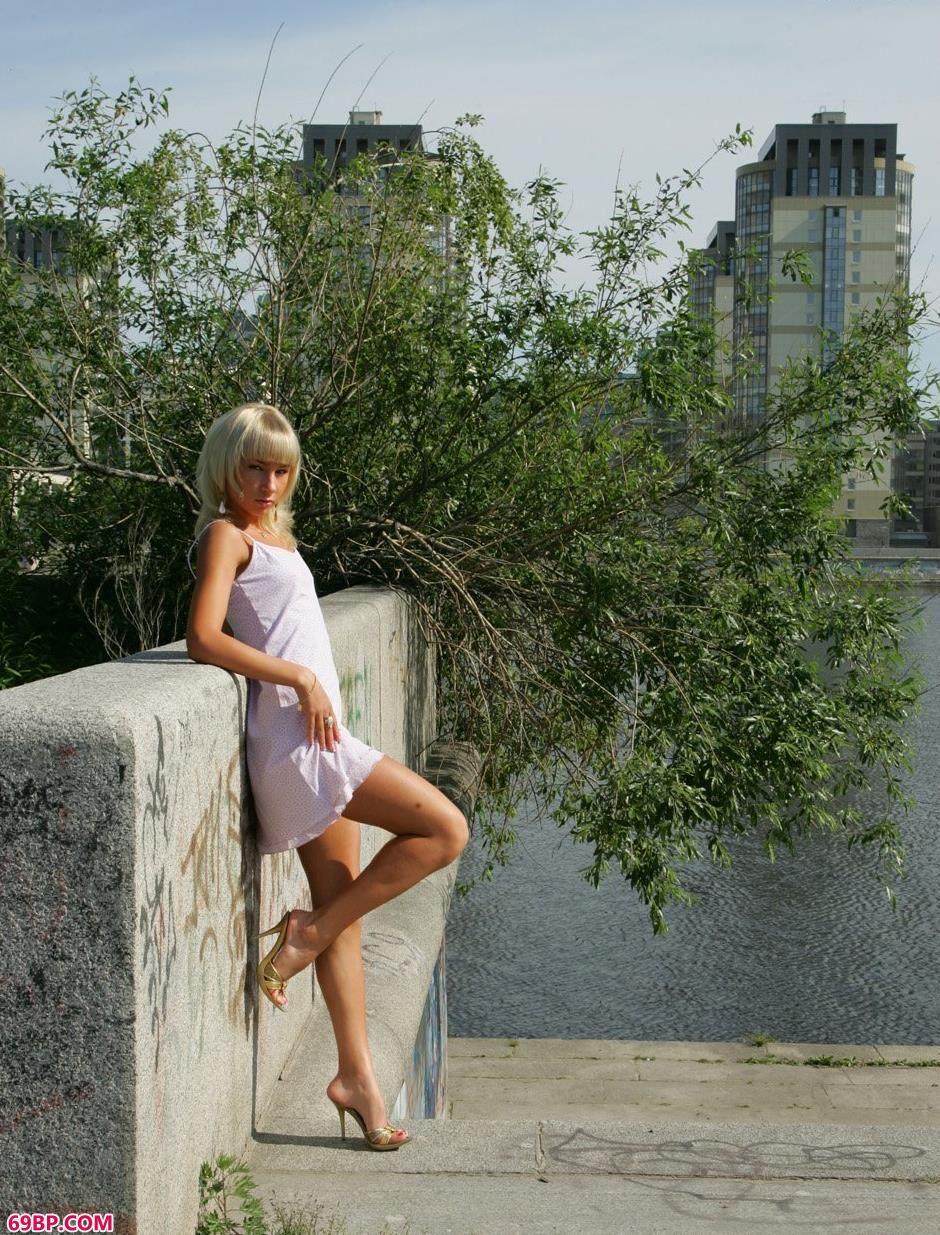 女性大胆展隐私图片_超模Daria河边诱惑身材