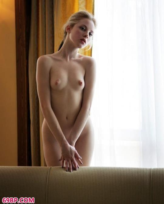 嫩模Ingrid宾馆内的甜美人体