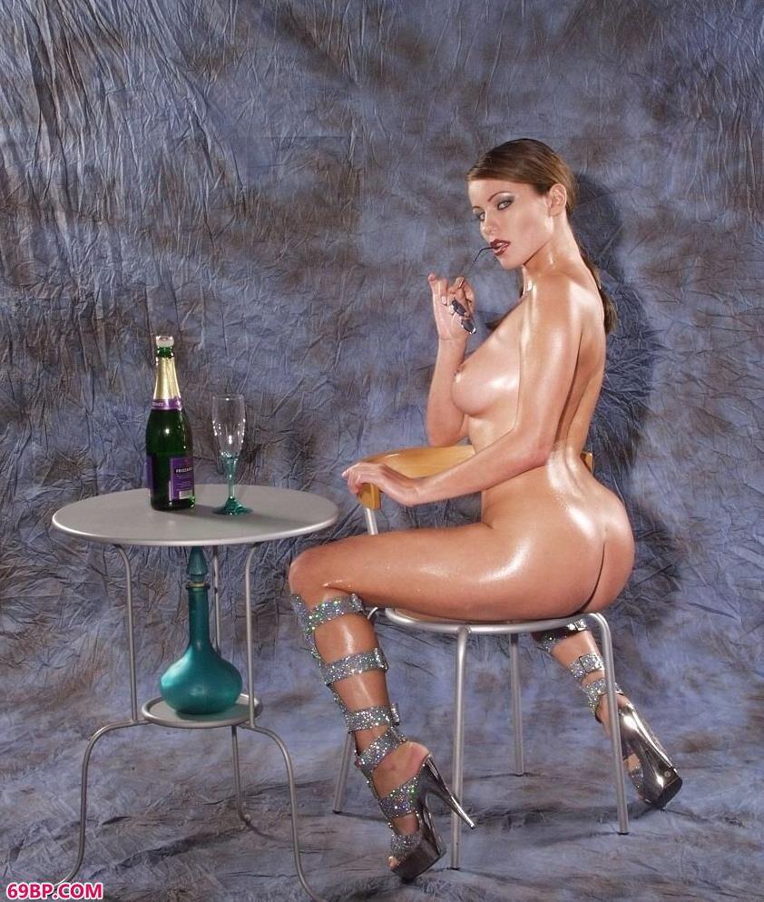 超模Beryl喝洋酒拍人体艺术_一丝不挂的美女