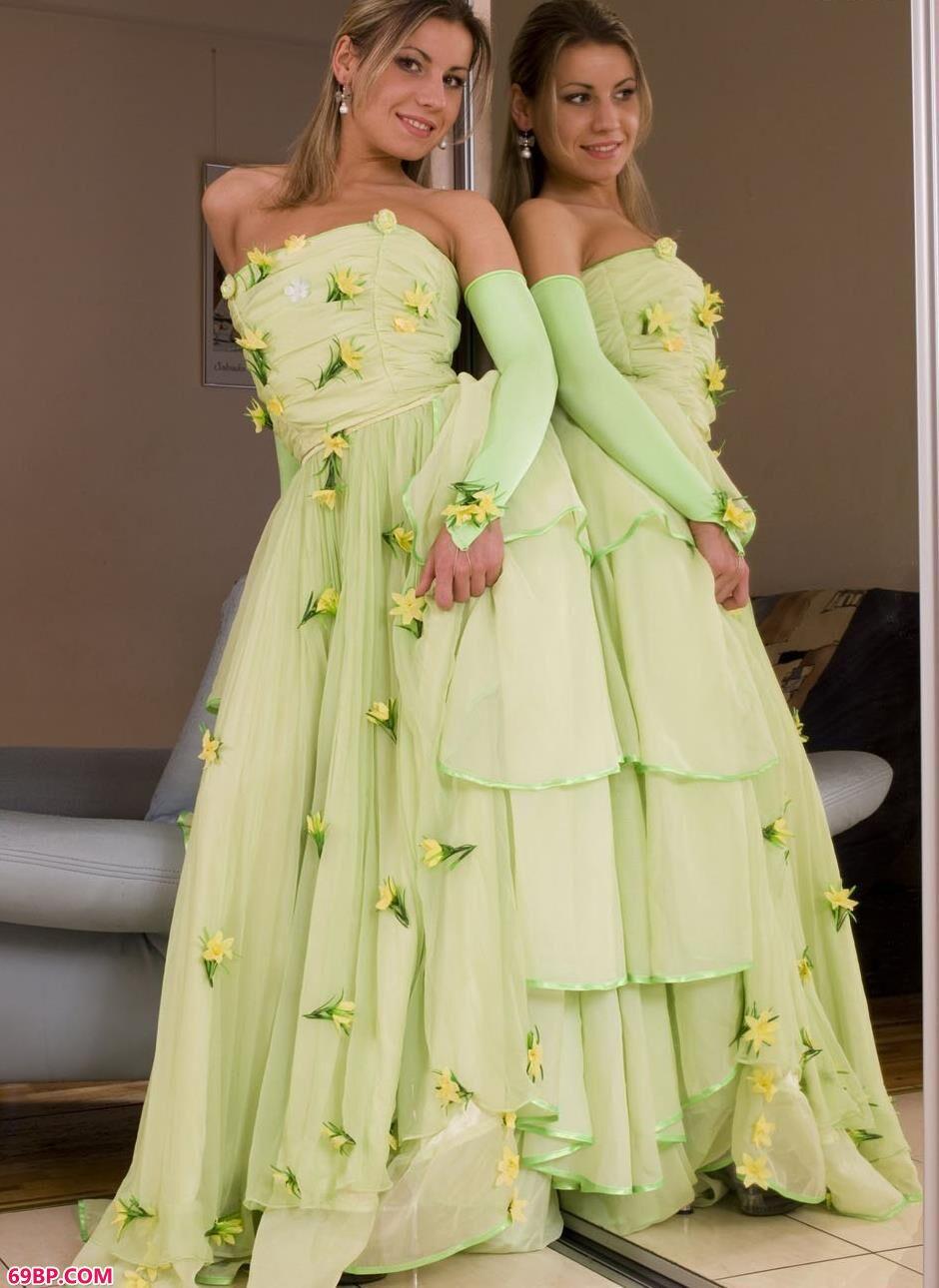 美模Gloria在镜子前穿婚纱拍人体1