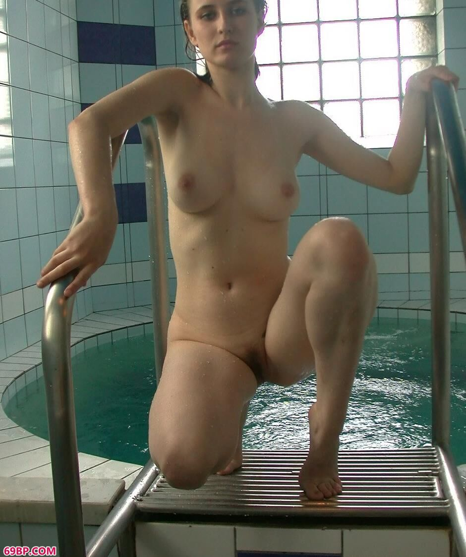 外国嫩模ALISA室内泳池里清爽休闲