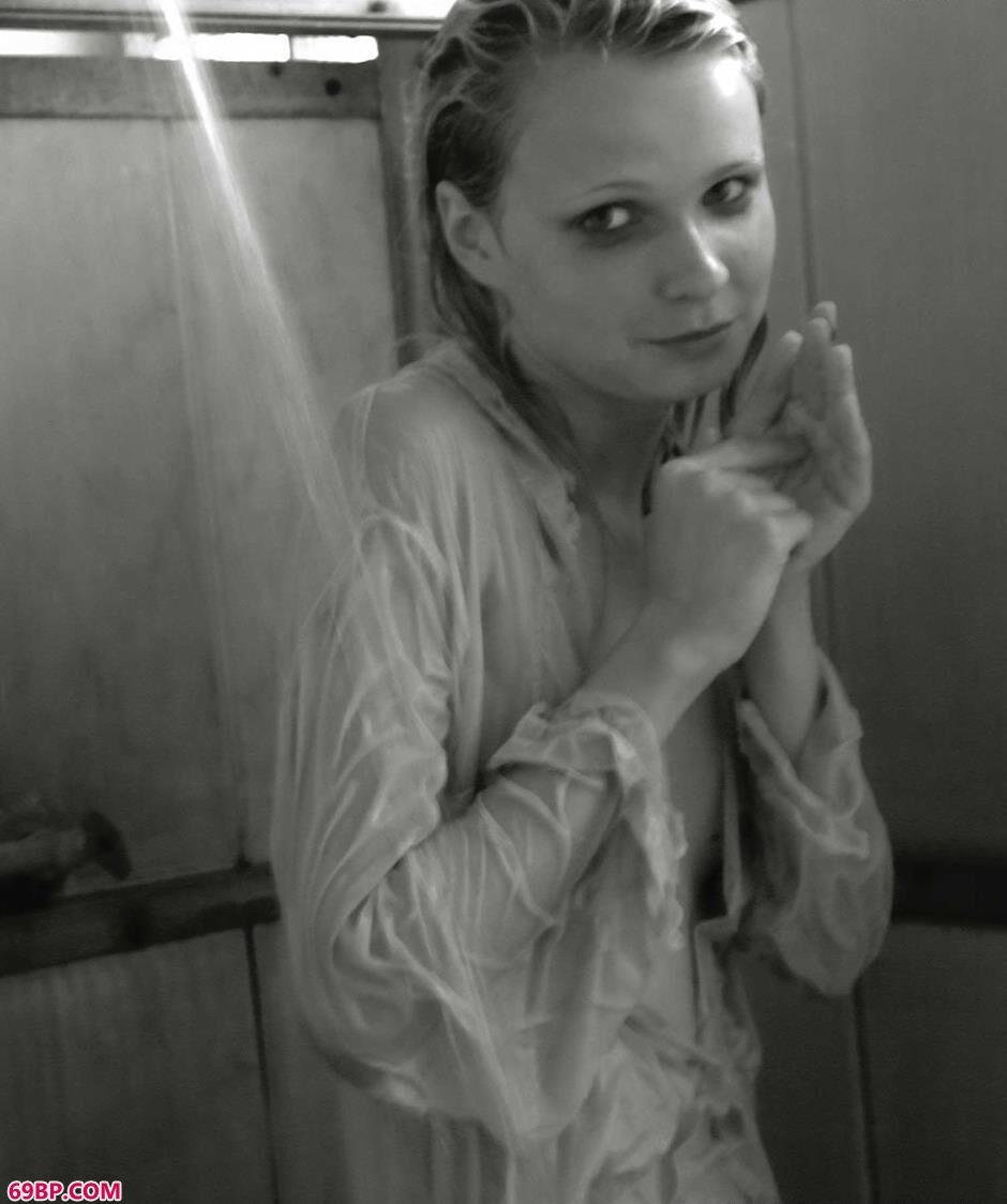 国外美女厕所里的黑白人体_人妻好紧好滑好湿好爽