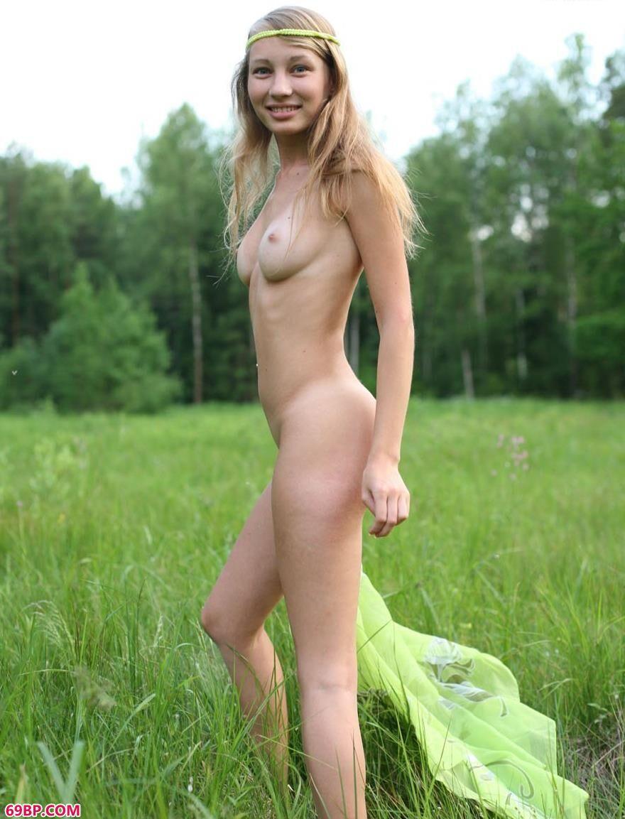 美模GREENDAY野外草地上的奔放人体