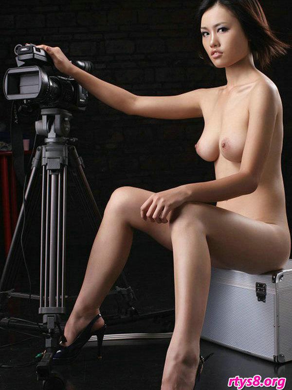 美女做爰性体图_暗影下室拍摆弄图片机的漂亮超模