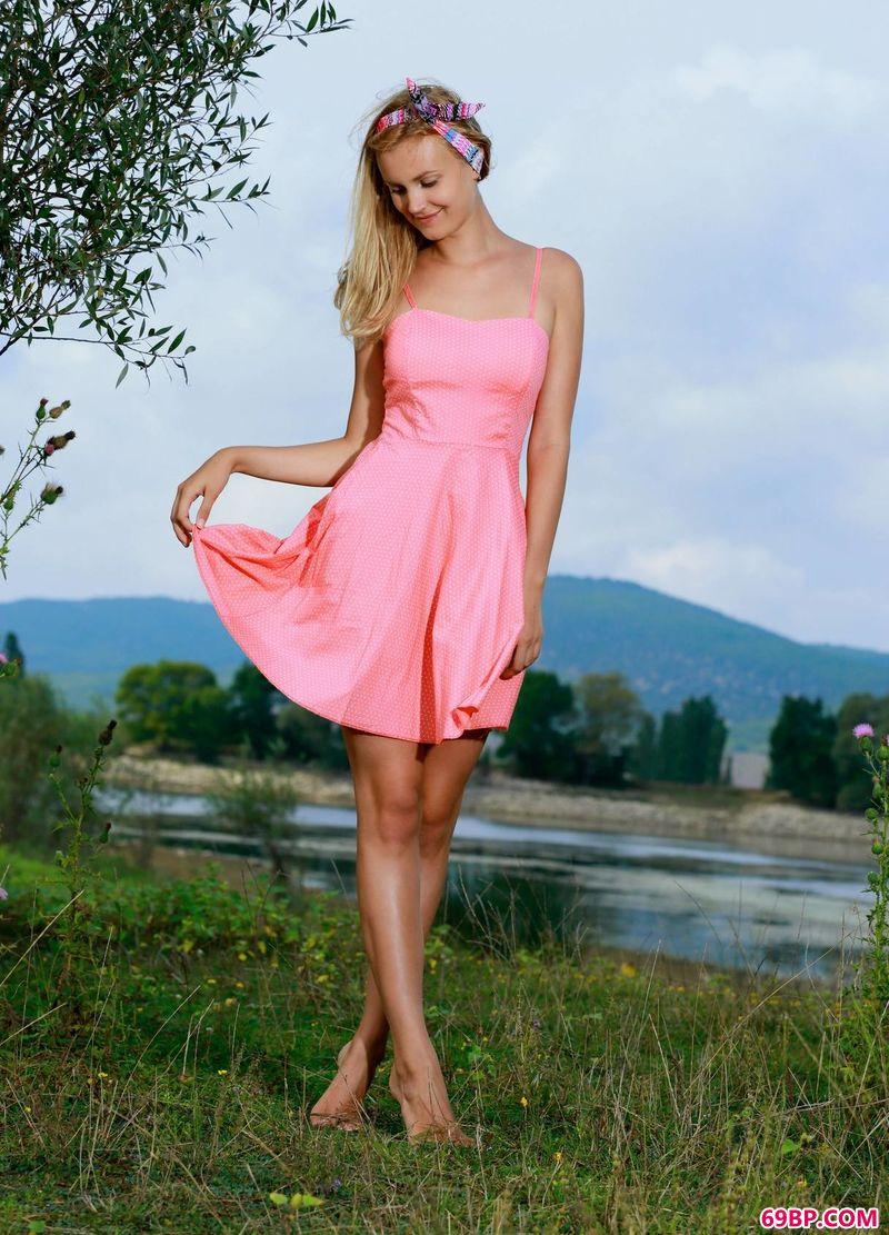 青草地上的粉色嫩模Lyniot